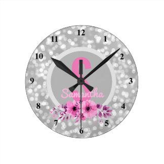 Fleurs roses argentées Girly de Bokeh de nom fait Horloge Ronde