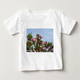 Fleurs roses avec un ciel bleu t-shirt