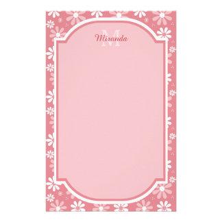 Fleurs roses mignonnes de marguerite de monogramme papier à lettre customisable