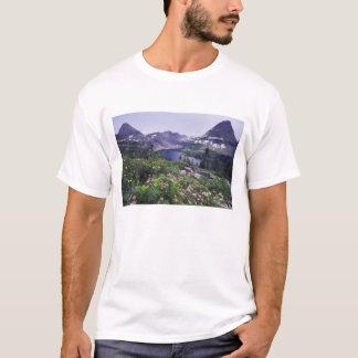 Fleurs sauvages et lac caché, arbustifs t-shirt