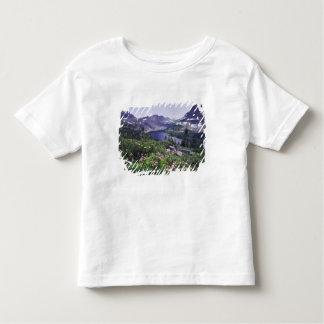 Fleurs sauvages et lac caché, arbustifs t-shirt pour les tous petits