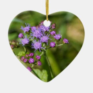 Fleurs sauvages pourpres d'Ageratum Ornement Cœur En Céramique