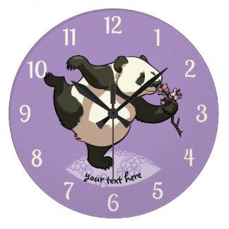 Fleurs sentantes de fleur de panda heureux avec le grande horloge ronde