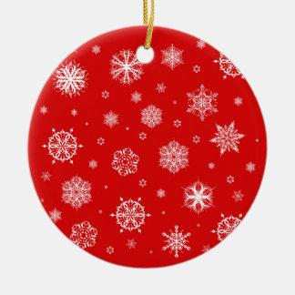 Flocons de neige blancs sur l'arrière - plan rouge ornement rond en céramique