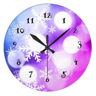 Flocons de neige d'hiver sur la belle horloge