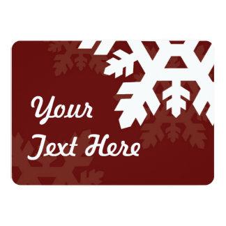 Flocons de neige lumineux et blancs contre rouge carton d'invitation  12,7 cm x 17,78 cm