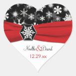 Flocons de neige noirs, blancs, rouges épousant autocollants en cœur