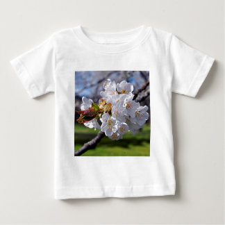 Floraisons de pomme blanc au printemps t-shirt pour bébé