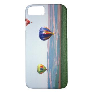 Flotteur chaud coloré de ballons à air au-dessus coque iPhone 7