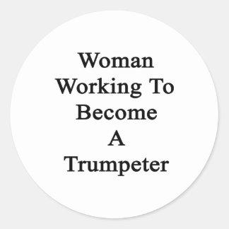 Fonctionnement de femme à devenir un trompettiste sticker rond