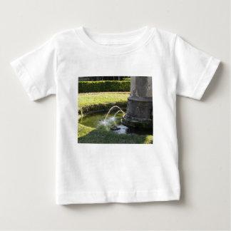 Fontaine d'eau antique en parc public t-shirt pour bébé