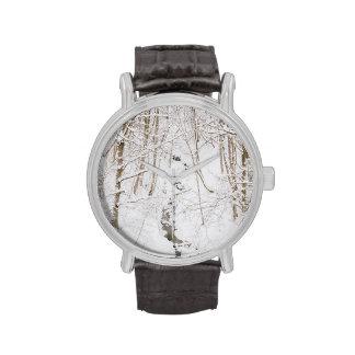 Forêt d'hiver avec un courant montres bracelet