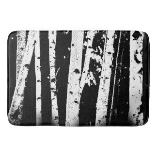 Forêt noire et blanche graphique d'arbre de tapis de bain