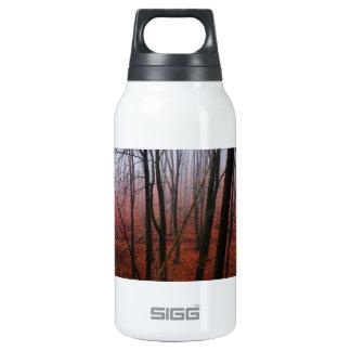 Forêt rouge brumeuse