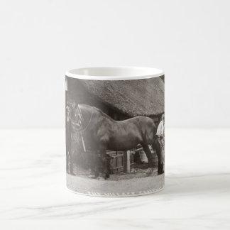 Forgeron de village chaussant un cheval mug