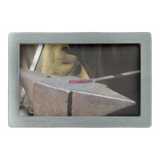 Forgeron forgeant manuellement le métal fondu boucle de ceinture rectangulaire