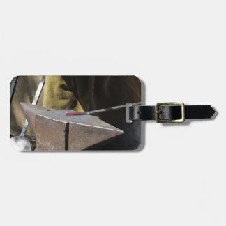 Forgeron forgeant manuellement le métal fondu étiquettes bagages