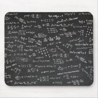Formules de maths sur un tableau noir tapis de souris