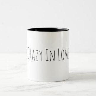 Fou dans la belle tasse de café d'amour avec votre
