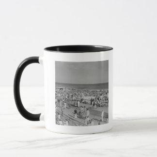 Foule sur la plage mug
