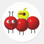 Fourmi mignonne avec la pomme sticker rond