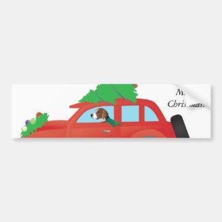 Fox-hound américain conduisant une voiture avec autocollant de voiture