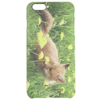 Fox rouge de bébé dans le domaine vert avec les