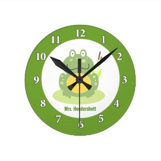 Freddy l'horloge murale de grenouille - vert horloge ronde