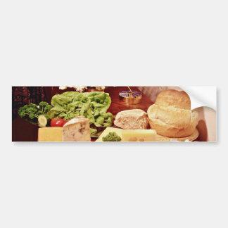 Fromages avec les radis la laitue le pain et l autocollant pour voiture