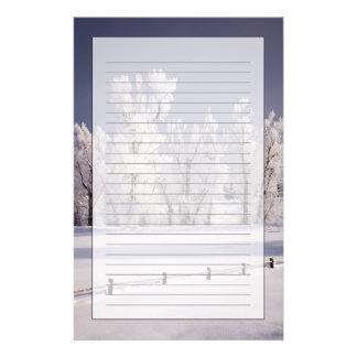 Frost a couvert les arbres et la barrière, le Colo Papier À Lettre Customisable