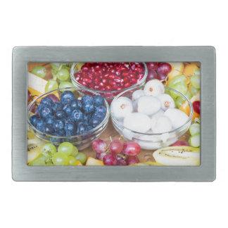 Fruit frais d'été d'assortiment sur l'échelle en boucle de ceinture rectangulaire