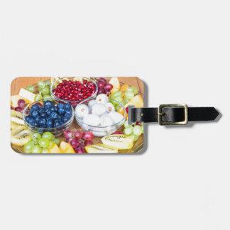 Fruit frais d'été d'assortiment sur l'échelle en étiquettes bagages