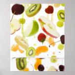Fruit mélangé frais avec la pomme et le jus d'oran affiches