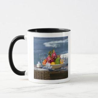 Fruits tropicaux par l'océan sur le Tableau Mug