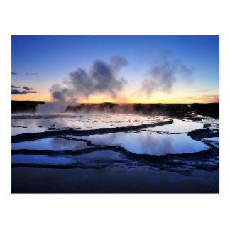 Fumée de geyser au coucher du soleil cartes postales