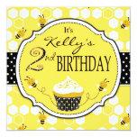 Gaffez anniversaire de petit gâteau d'abeille le faire-part personnalisables
