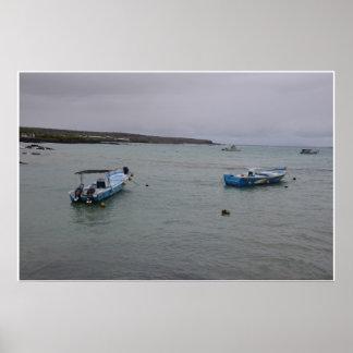 Galapagos - à l'ancre dans le port Ajora Poster