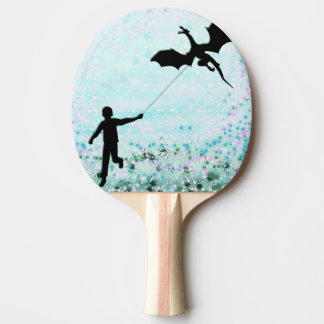 Garçon avec le dragon raquette de ping pong