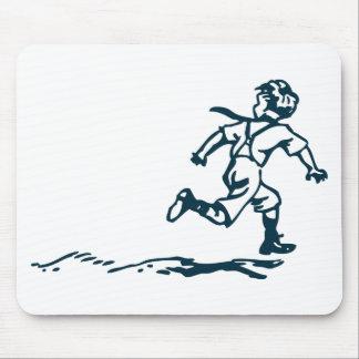 Garçon courant tapis de souris