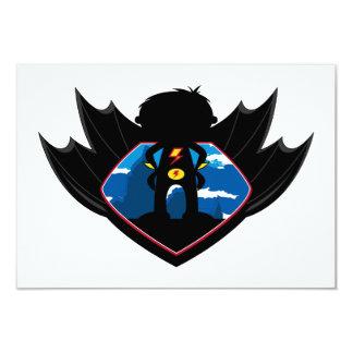 Garçon de super héros dans le bouclier à ailes carton d'invitation 8,89 cm x 12,70 cm