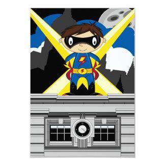 Garçon de super héros sur le dessus de toit cartons d'invitation