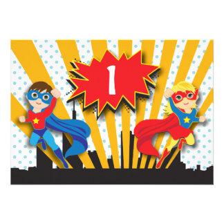 Garçon et fille de l anniversaire de super héros cartons d'invitation