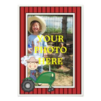Garçon et tracteur heureux - la partie ou le baby carton d'invitation  12,7 cm x 17,78 cm