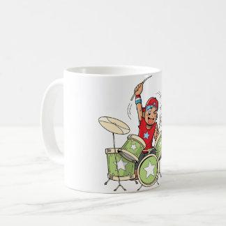 Garçon jouant la tasse de tambours