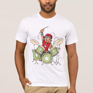 Garçon jouant le T-shirt des hommes de tambours