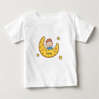 Garçon mignon sur la pièce en t de bébé de lune t-shirt pour bébé