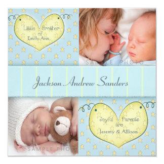 Garçon nouveau-né avec le faire-part de naissance