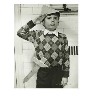 Garçon tenant une épée en bois carte postale