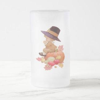 Garçon vintage de pèlerin priant sur le citrouille mug en verre givré
