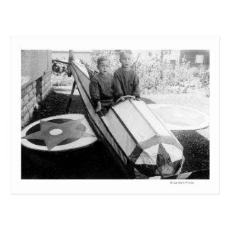 Garçons dans une voiture de Savon-Box Carte Postale